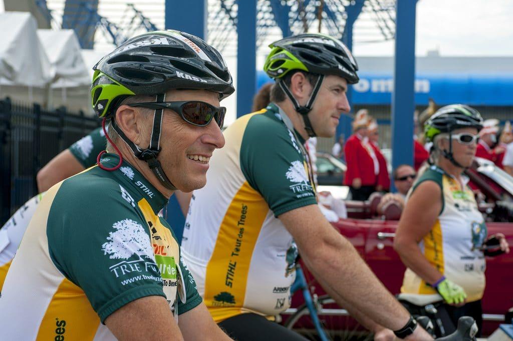Une équipe de cyclistes qui attendent de pédaler