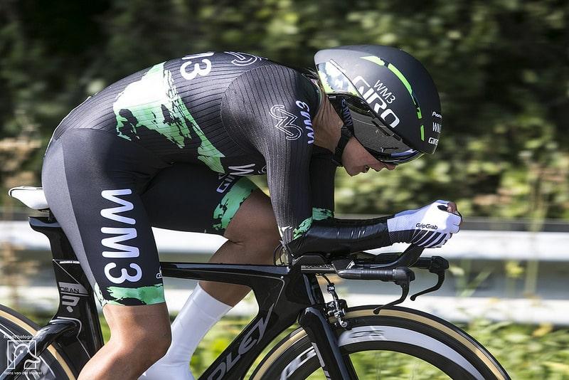 Un cycliste avec un casque aéro pour aller vite