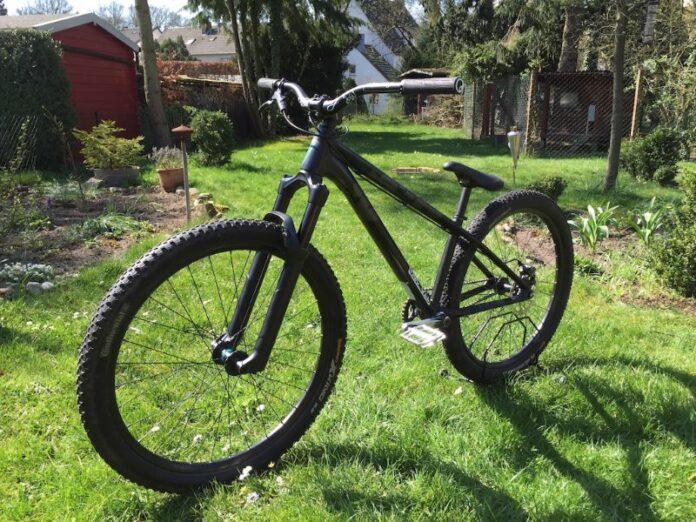 Illustration d'un vélo de Dirt noir