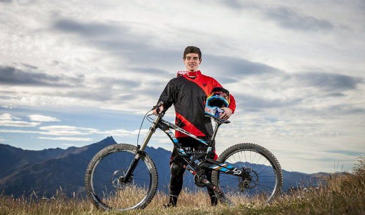 Le champion de vélo de descente