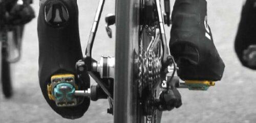 Une paire de chaussures de vélo de route fixée à des pédales automatiques