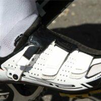 Une chaussure de vélo de route fixée sur une cale