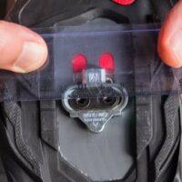 Alignement de la cale avec une règle sous la chaussure de vélo de route pour être précis