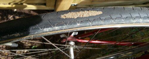 Pneu vélo Michelin Dynamic Classic usé jusqu'à la trame