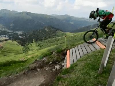 Un cycliste devant une pente avec vtt-descente