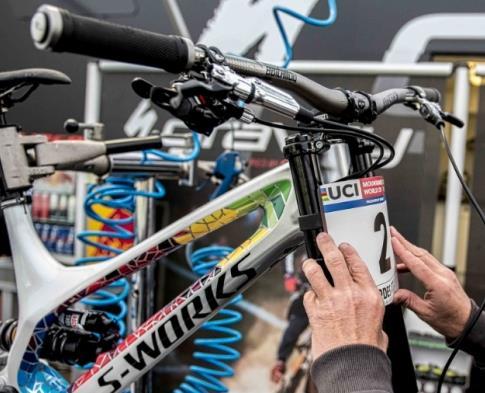 Pose d'une plaque compétition en vélo de descente