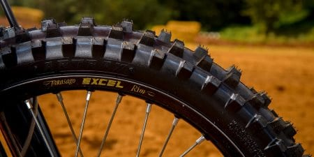 Un pneu avant de VTT sur la terre