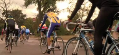 Des vélos en peloton sur l'anneau de Longchamps