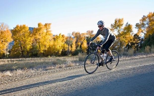 Un cycliste sur un gravel bike