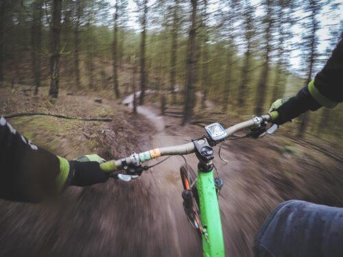 En VTT avec un GPS vélo en forêt