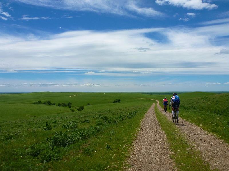 Deux vélo gravier dans une immense plaine