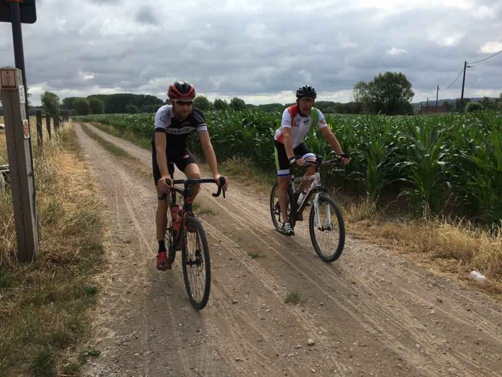 Deux cyclistes en vélo gravier dans un long chemin