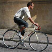 Un cycliste qui roule sur un vélo fixe