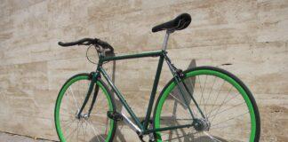 Un vélo fixie vert