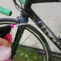 Vaporiser le nettoyant vélo sur tout le cadre et le reste