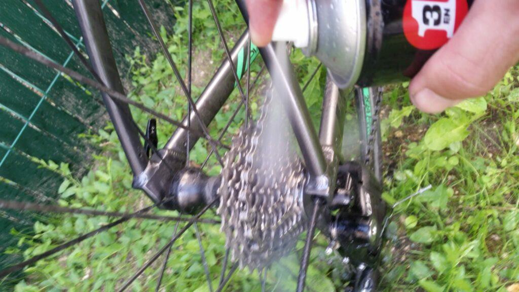 Utilisation d'un dégraissant sur la cassette du vélo pour nettoyer la transmission