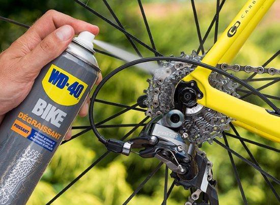 Le dégraissant WD40 BIKE sur une cassette de vélo