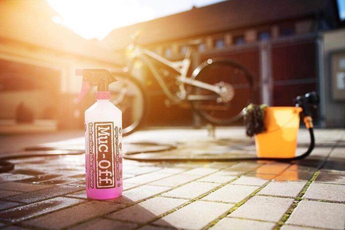 NEttoyer son vélo avec un nettoyant Muc-Off et un jet d'eau
