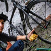 Un selfie lors du nettoyage d'un vélo sale