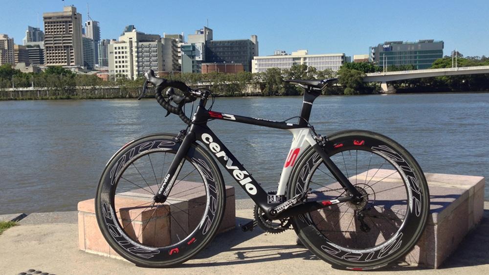 Un vélo haut de gamme Cervelo S5 avec des jantes ZIPP onéreuse