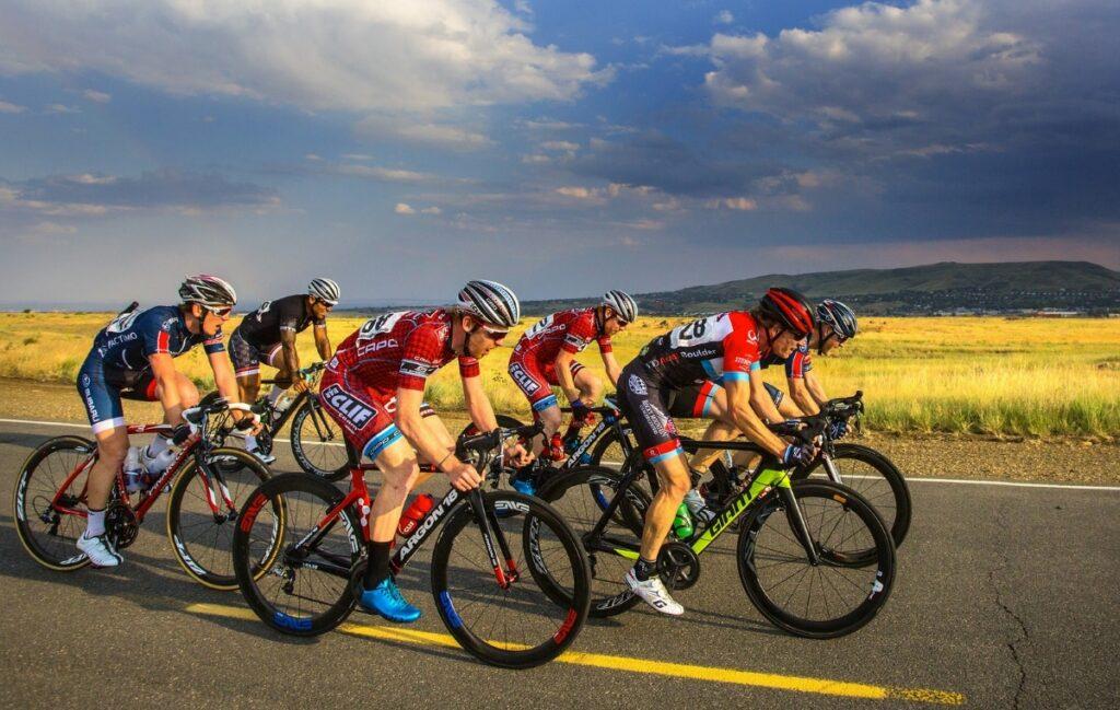 Un peloton de vélo en plein effort sur route