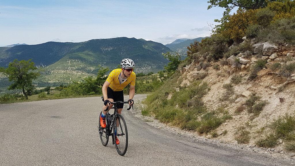 Un cycliste en pleine montée