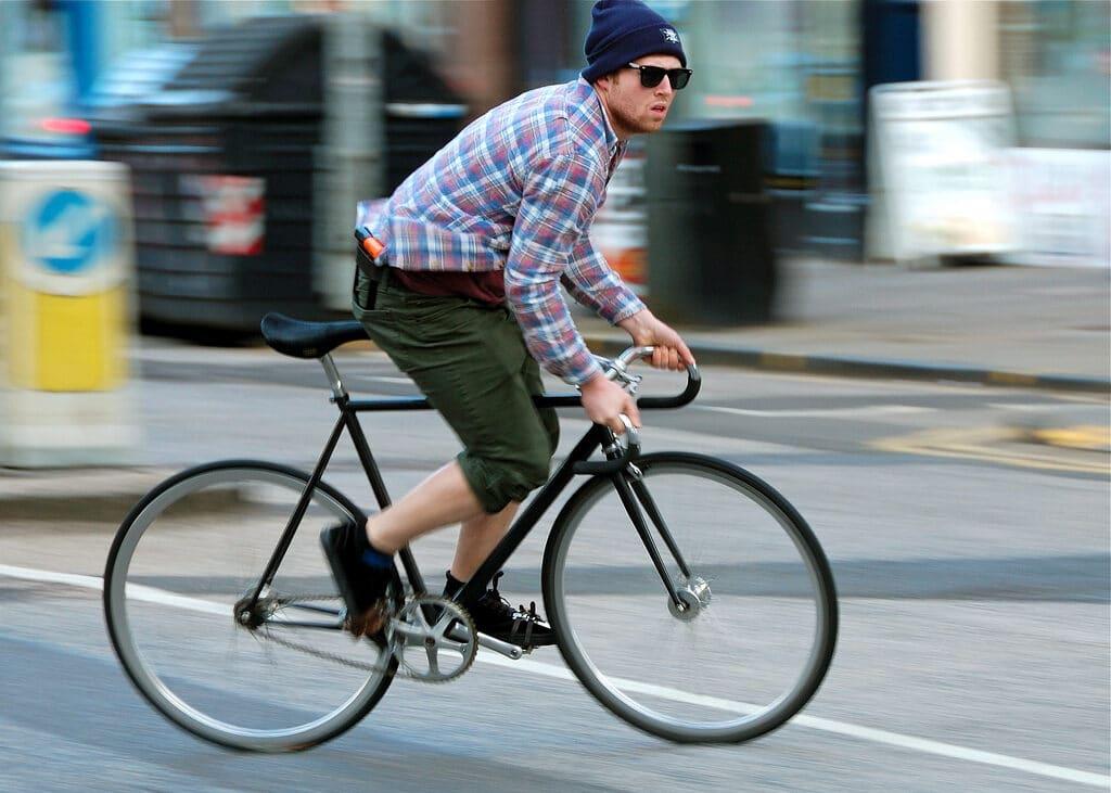 Un cycliste avec un fixie qui se déplace en ville