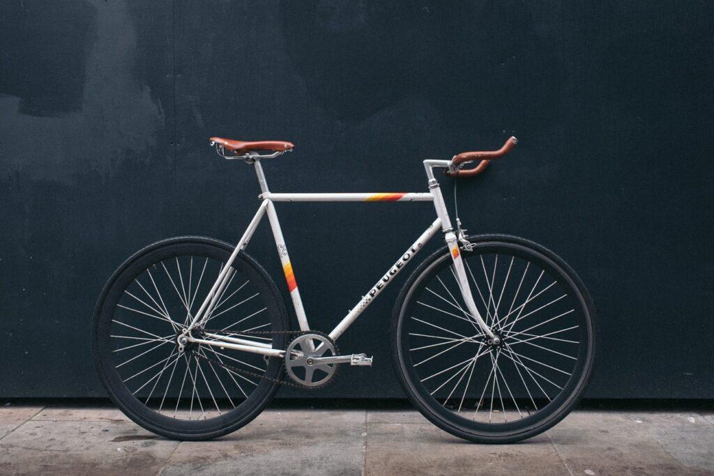 Un vélo singlespeed vintage Peugeot blanc