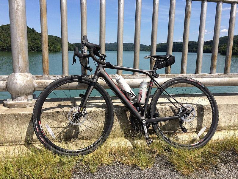 Un gravel bike au bord de la mer