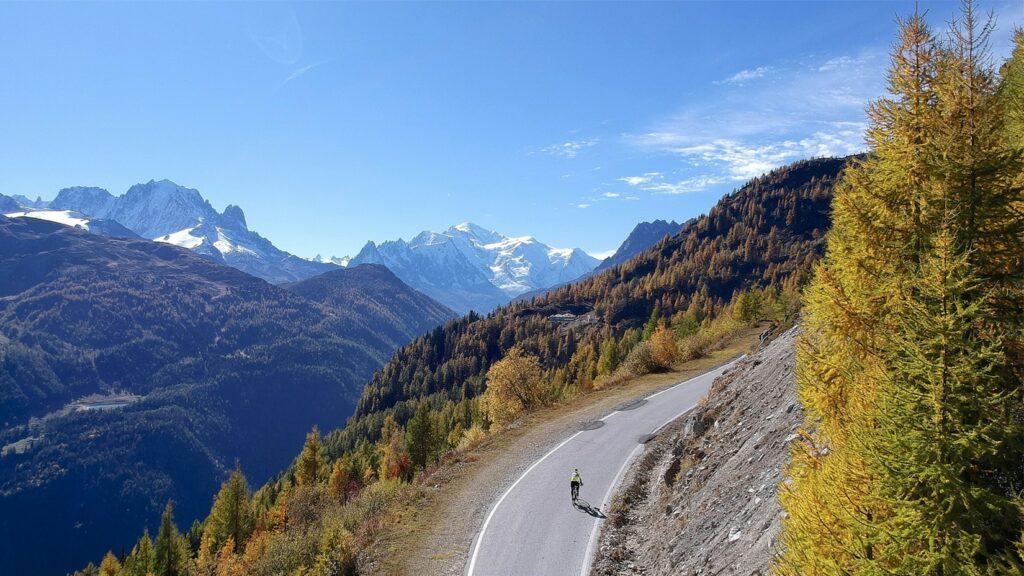 Un paysage de montagne avec un vélo qui monte