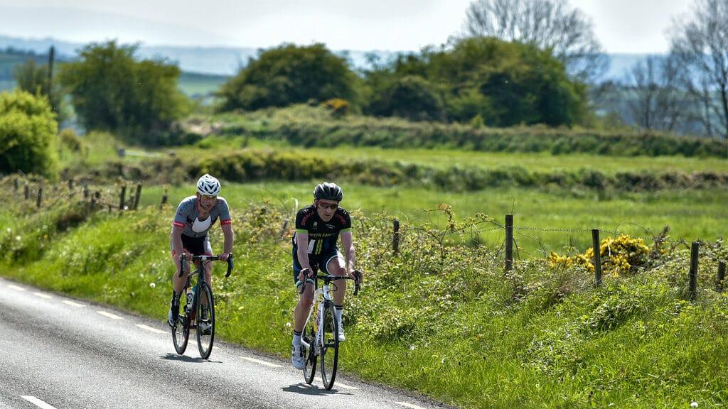 Deux cyclistes lors d'une randonnée sur la route