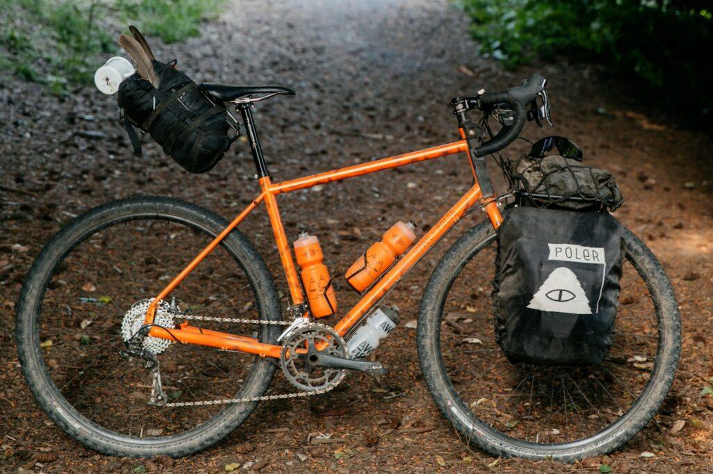 Un vélo équipé de sacoches dans un chemin