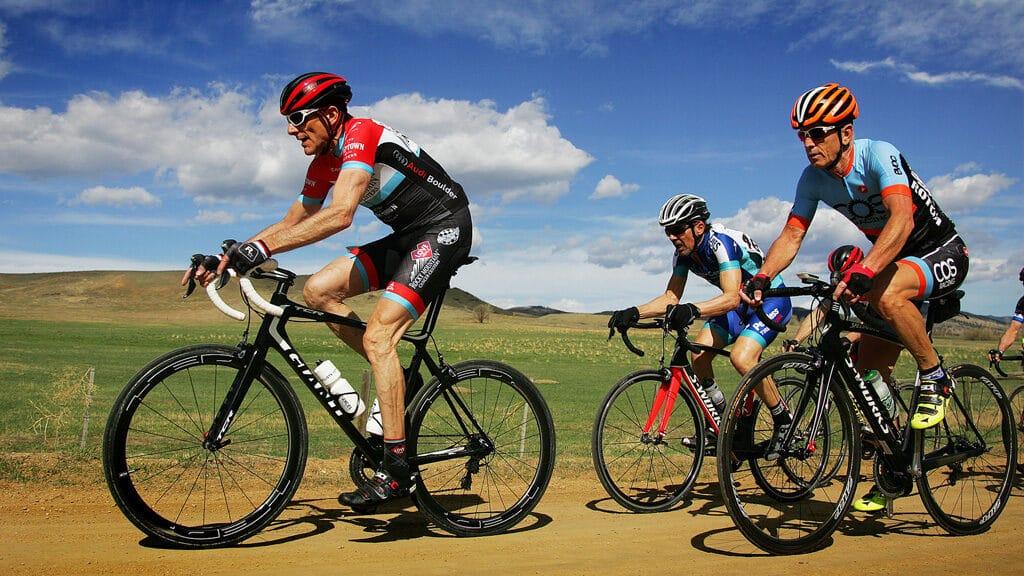 Des cyclistes en tenue courte à cause de la chaleur