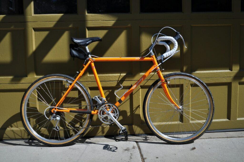 Un vélo Orange vintage entièrement restauré