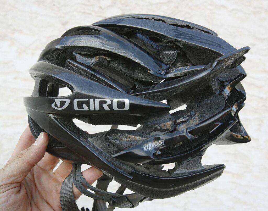 Un accident avec un casque de vélo GIRO détruit lors d'un crash