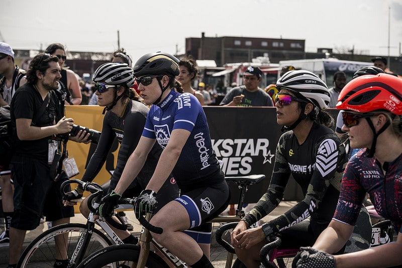Des cyclistes féminines qui attendent lors du départ