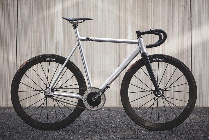 Un vélo fixie avec de superbes jantes hautes