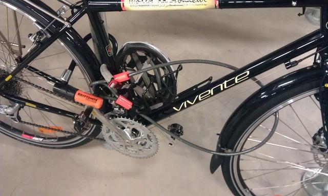 L'antivol équipé d'un U et d'une chaine qui sécurise un vélo