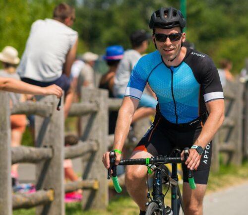 Lors du triathlon, je roule sur mon Btwin AF Ultra avec un casque Btwin
