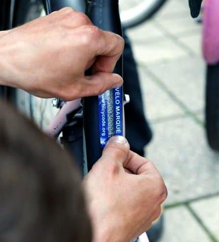 Pose d'une étiquette Bicycode autour des numéros gravés