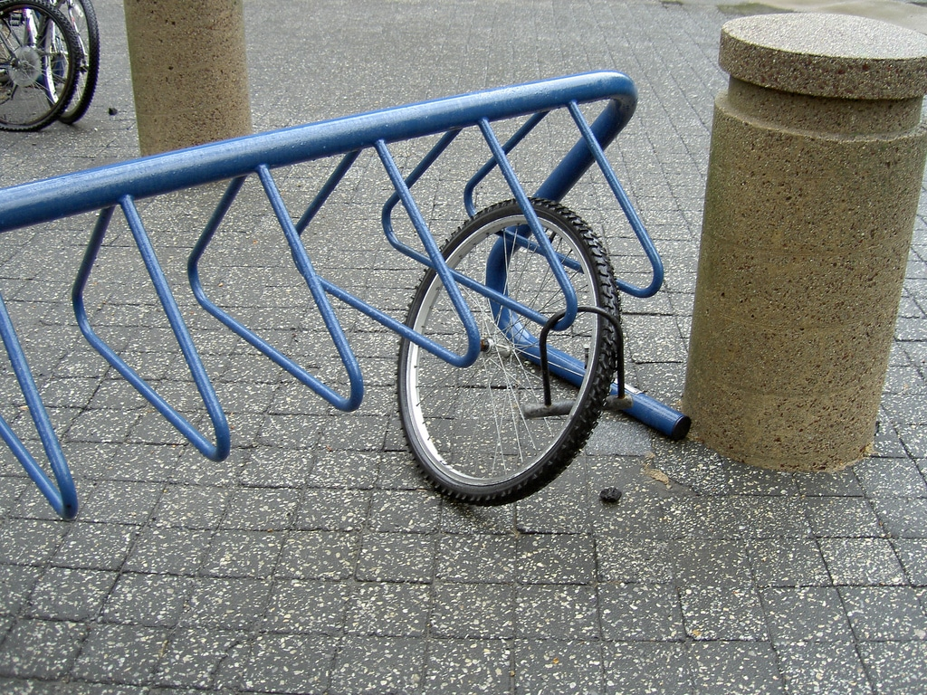 Ruelle sombre vol de vélo