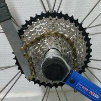 Installation de la cassette 42 dents sur la roue du cyclocross avec le fouet et la clé