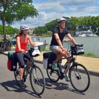 Un couple de cyclistes roulant au bord de la Garonne