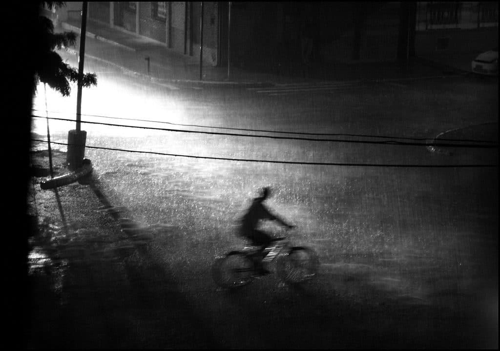 Un vélo sous une grosse pluie