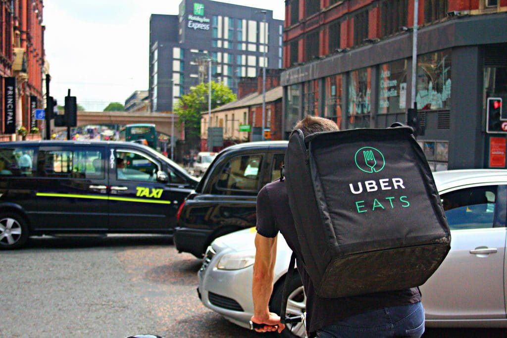 Un coursier Uber Eats de dos