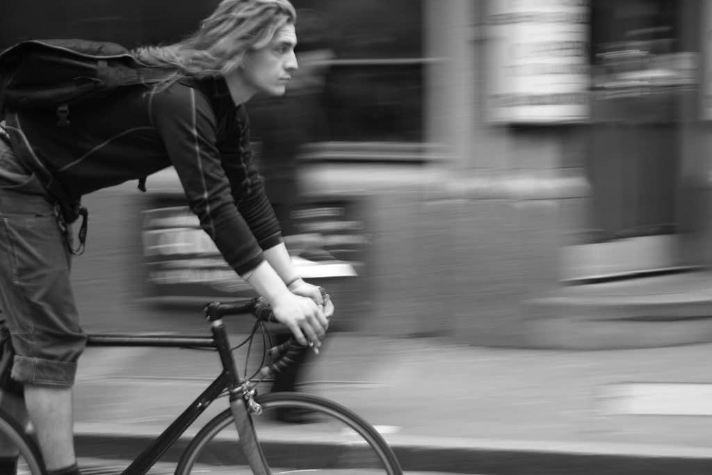 Un coursier vélo en noir et blanc