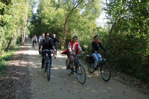 Des cyclistes sur la voie verte de La Flèche