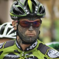 Un tatouage sur le visage d'un cycliste