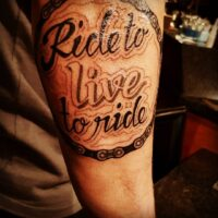 Un tatouage typographique Ride to live to ride