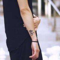 Une femme avec un tatouage de vélo au poignet